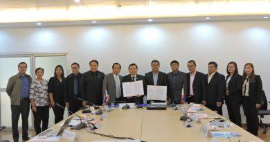 รศ.ดร.ประเสริฐ  ปิ่นปฐมรัฐ  อธิการบดีมทร.ธัญบุรี  ลงนามความร่วมมือทางวิชาการ กับ Batangas  State  University ประเทศฟิลิปปินส์  เมื่อวันที่ 5 เมษายน 2560