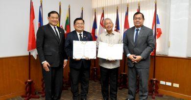 รศ.ดร.ประเสริฐ  ปิ่นปฐมรัฐ ลงนามความร่วมมือทางวิชาการกับผู้บริหารจาก  Philippine Christian University  ประเทศฟิลิปปินส์ เมื่อวันที่ 7 สิงหาคม 2560