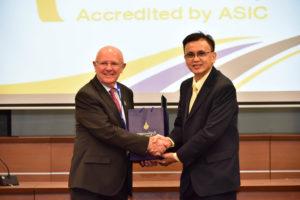 นายวิรัช โหตระไวศยะ รักษาราชการแทนอธิการบดี มทร.ธัญบุรี รับใบรับรองคุณภาพการศึกษาจาก ASIC